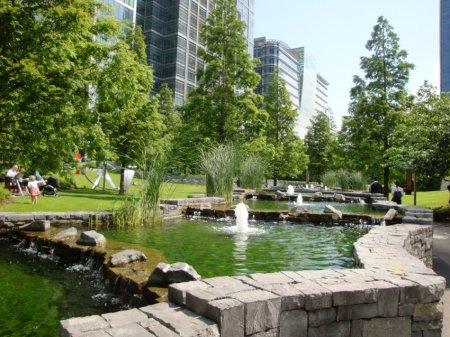 Really nice aread around Canary Wharf. Really tall shiney buildings and this little green oasis-of-sorts.