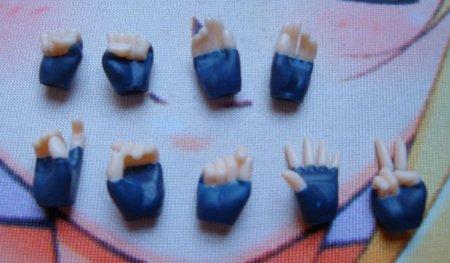 Lotsa hands!! Nice and sturdy feeling! I don't feel like I'll brake them, like with Figma hands.
