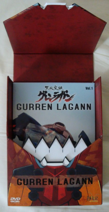 Lets see what we have inside the very sturdy and funky looking Gurren Lagann series box.
